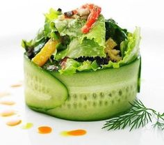 Emplatados de ensaladas que te van a sorprender / Salads plating. Gourmet Food Plating, Gourmet Salad, Gourmet Food Gifts, Gourmet Recipes, Appetizer Recipes, Raw Food Recipes, Cooking Recipes, Healthy Recipes, Gourmet Foods