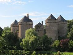 France, Mayenne, Château de Lassay - Owned by Charles de Vendôme at the beginning of the 15th century. In 1458, the French king Charles VII allowed Charles son, Jean II, to rebuild a castle. The barbican was built in 1497-1498. Seen here from town.