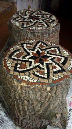 Mosaico sobre tronco Mosaic Pots, Mirror Mosaic, Mosaic Garden, Mosaic Glass, Mosaic Tiles, Mosaic Designs, Mosaic Patterns, Geometric Designs, Mosaic Crafts