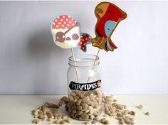 Una idea muy chula para decorar tu mesa con tarros temáticos utilizando únicamente imprimibles temáticos y palitos de madera  - Fiesta de Piratas - DIY