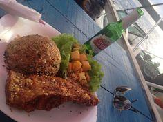 Do Amazonas: Tambaqui empanado com gergelim, arroz thai e saladinha! Ah, e uma Stella para acompanhar.