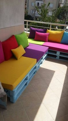 7 wonderful seating groups made of pallets. Do it yourself The post 7 wonderful seating groups made of pallets. appeared first on Decor Ideas. Diy Garden Furniture, Balcony Furniture, Pallet Furniture, Outdoor Furniture Sets, Furniture Design, Apartment Balcony Decorating, Apartment Balconies, Small Balcony Decor, Diy Home Decor Rustic