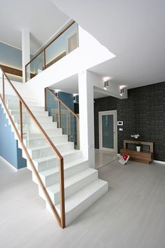Full catalog of interior stair railing ideas, the proper material to use according to your staircase design, modern stair railing designs and and some expert tips for glass stair railing system installation Interior Stair Railing, Modern Stair Railing, Stair Railing Design, Home Stairs Design, Modern Stairs, Glass Stair Railing, Railings, Banisters, Stair Case Railing Ideas
