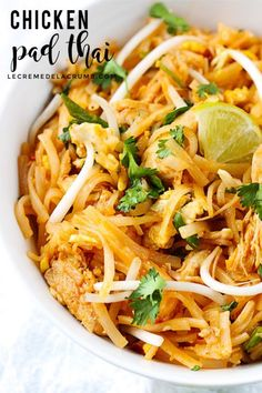 Better than take-out chicken pad thai -a quick and easy family favorite that's ready in just 30 minutes! Easy Thai Recipes, Asian Recipes, Healthy Recipes, Ethnic Recipes, Tamarind Recipes, Organic Recipes, Pollo Pad Thai, Pad Thai Huhn, Healthy Pad Thai