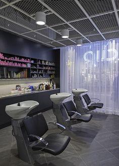 Uma idéia simple e barata virou a atração principal desse salão de cabelereiros emUmeå, na Suécia. As caixas de MDF pintadas de verde foram fixadas no teto encobrindo a tubulação do prédio.Em diferentes cores e alturas elas dão um efeito…