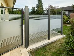 Teiltransparente Glaslösung als Wind- und Sichtschutz