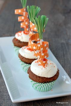 Easter Carrot Cupcakes, DIY carrot cake toppers, Easter Food ideas, DIY Easter table decoration  #Easter #ideas #holiday www.loveitsomuch.com