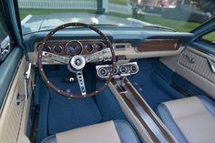 Der Blick ins Cockpit des Ford Mustang von Revology ist wie eine Zeitreise in...