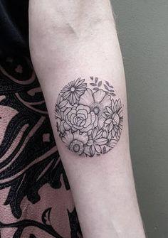 Este blackwork arranjo floral http://tatuagens247.blogspot.com/2016/08/charmoso-e-exclusivo-circular-desenhos.html