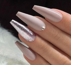 False nails have the advantage of offering a manicure worthy of the most advanced backstage and to hold longer than a simple nail polish. The problem is how to remove them without damaging your nails. Glam Nails, Cute Nails, Beauty Nails, My Nails, Gold Stiletto Nails, Coffin Nails Long, Long Nails, Long Black Nails, Long Nail Art