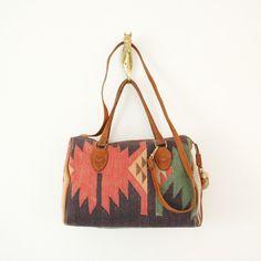 Los bolsos estampados se convierten en el complemento perfecto esta primavera-verano.