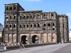 De Porta Nigra, de zwarte stadspoort, van Trier uit de Romeinse tijd is samen met de stadsmuur gebouwd in 160-200 n Chr. De poort is 30 meter hoog. (Zomer 2005)