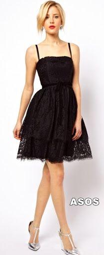 Vestido de tiras en tela de encaje con falda amplia con fruncido en capas