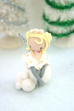 Christmas fairy figurine made of polymer clay. Cute Polymer Clay, Fimo Clay, Polymer Clay Crafts, Kawaii, Clay Projects, Projects To Try, Biscuit, Fairy Birthday Cake, Clay People