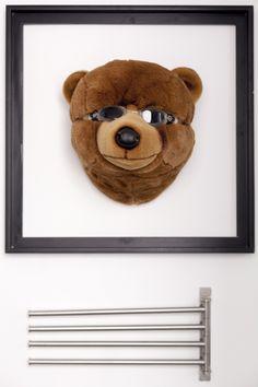 Wannaone usa el oso madrileño como tema central en su apartamento en Chueca