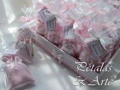 Sache perfumado sonho rosa, embalado em saquinho celofane, fechado com laço de fita e tag personalizado + bandeja decorada.