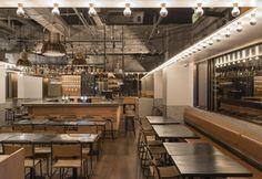 Colori neutri, pavimento in rovere e un reticolo di tubature metalliche a vista in stile urban per Tribeca, pub recentemente inaugurato a Shanghai. Gli architetti di Linehouse si sono ispirati ai locali di New York