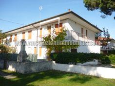 SIV360 In naturalistica località dei Lidi di Comacchio proponiamo l'acquisto di una villetta al primo piano, ben tenuta e dotata di due camere matrimoniali, comoda alla stupenda pineta.