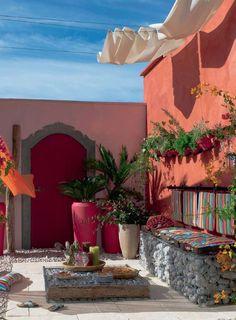 I colori e le suggestioni di un Mediterraneo rivisitato. Qual è il vostro colore preferito per dipingere il muro del cortile?