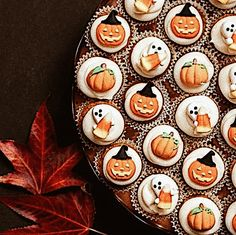 .cupcakes.    t Fete Halloween, Halloween Desserts, Holidays Halloween, Halloween Treats, Vintage Halloween, Happy Halloween, Halloween Decorations, Favorite Holiday, Holiday Fun