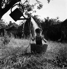 La douche de Raizeux   1949  ¤  Robert Doisneau   17 août 2015   Atelier Robert Doisneau   Site officiel