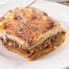 Esta es la receta tradicional de moussaka griega de berenjena. La hemos preparado con carne de ternera que es más habitual en nuestra cocina.