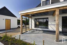 Overdekte veranda aan de achtertuin. Home, Outdoor Decor, Home And Living, House, Bungalow, Modern, Garden Design