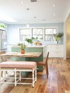 Small Kitchen Island Design Ideas    tampo da mesa pequeno ao lado e sustentado na ilha...