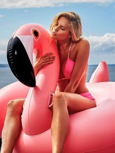 Add a big splash of fun to your summer with Pink Flamingo Float Inflatable Party Pool Float for Summer. This flamingo float will make sure that all eyes are on you at the next summer party. Hop on this incredibly comfortable flamingo pool float an. Giant Inflatable Pool Floats, Unicorn Inflatable Pool, Giant Pool Floats, Inflatable Pool Toys, Foto Flamingo, Pink Flamingo Float, Flamingo Pool, Pool Floats For Adults, Foto Pose
