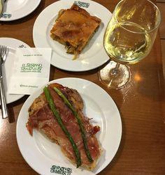 Mesón El Serrano, Empanada gallega (bovenste gerecht) speelt een belangrijke rol in de uitgebreide keuken uit Galicië. Ze kunnen worden gevuld met vis, zeevruchten of vlees. Onderstaand het recept voor de meest gangbare vorm van Empanada gallega, gevuld met tonijn of bonito.