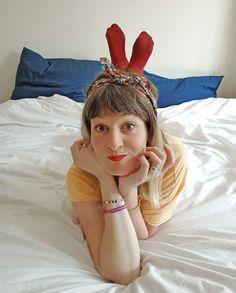Photographie créative pour Pâques. Mes pieds deviennent des oreilles de lapin. Juste une question de perspective. Creative Photography, Perspective, Portrait, Instagram, Fashion, Ears, Moda, Fashion Styles, Portrait Illustration