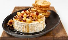 Brie with maple syrup, apples and walnuts Brie Fondant, Brunch, Baked Brie, Dips, Xmas Food, Queso, Appetizer Recipes, Love Food, Food And Drink