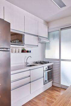 Decoração de apartamento pequeno com inspiração no estilo escandinavo. Na cozinha, armário branco, #decoracao #decor #details #casadevalentina
