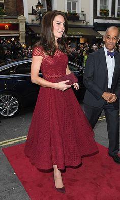 Kate éblouit en Marchesa rouge pour la nuit au théâtre