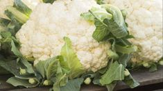 There are more ways to eat a vegetable than you realize. Many of the vegetables you eat regularly have leaves and stems that are completely edible -- parts of the vegetable you have probably been throwing away. Cauliflower Benefits, Baked Cauliflower, Home Vegetable Garden, Vegetable Dishes, Growing Califlower, Zucchini Cordon Bleu, Grow Bags, Growing Vegetables, Vegetables