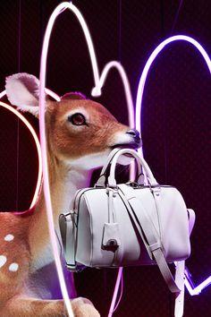Louis Vuitton faz vitrine especial para promover bolsa ícone. Elementos exóticos e desproporcionais compõem as vitrines da loja em Paris