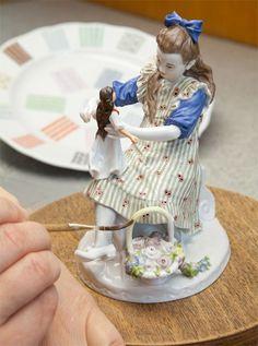 """Рисунок """"Девочка с куклой и цветочные корзины"""", H 16 см Эта цифра мечтательной девушки последовали игорного знаменитую серию """"Hentschelkinder"""".Талантливый молодой скульптор Юлий Конрад Hentschel (1872-1907) создал свой чувствительный зрение совершенно новый предмет в традиции фарфора скульптуры. Как будто бежать до конца своей короткой жизни в его собственном прошлом, он взял детей на улицах Мейсен в студию, которая, как сообщалось современников, часто напоминал детскую."""