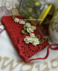 Crochet Phone Cases Cell phone pouch with strap . Diy Crochet Bag, Crochet Case, Crochet 101, Crochet Purses, Crochet Videos, Cute Crochet, Beautiful Crochet, Crochet Designs, Crochet Patterns