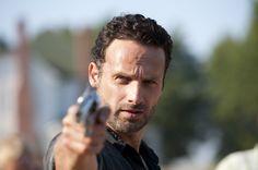 Rick Grimes da Walking Dead. Prende poca cura per la sua moglie che è incinta e molte volte la mete in pericolo. Ha lasciato che sparano il suo figlio.