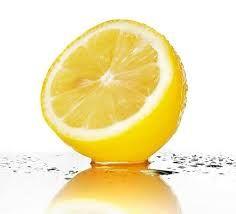 Verwijder het meeste van het vruchtvlees uit een halve citroen. Vul de holte op met zout en leg de citroen op een minder fris plekje (achter de wc, vanachter in de ijskast, naast de wasmand, …) Na een maand of 2 verdwijnt het zout en is het tijd om deze te vervangen...