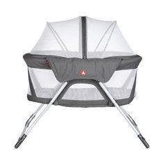 In de opvouwbare Topmark Sky Reiswieg kunnen kinderen van 0-6 maanden comfortabel en veilig slapen. Dankzij de muskietenkap ligt je kindje beschermd. De reiswieg is ideaal voor op vakantie of voor bij de oppas.