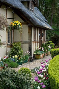 Depósito Santa Mariah: A Natureza Exala Beleza! Depósito Santa Mariah: A Natureza Exala Beleza! Irish Cottage, Cozy Cottage, Cottage Living, Cottage Homes, Cottage Style, Garden Arbor, Garden Landscaping, Beautiful Gardens, Beautiful Homes