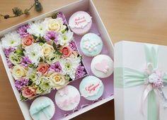 Коробочка с живыми цветами и капкейками. Индивидуальное оформление. Заказ www.facebook.com/teiepidu