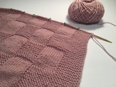tejido a mano. Best Picture For stricken cardigan For Your Taste You are looking for something, and Crochet Placemat Patterns, Crochet Doily Rug, Crochet Motifs, Baby Knitting Patterns, Baby Patterns, Crochet Yarn, Hand Knit Blanket, Knitted Baby Blankets, Baby Girl Blankets