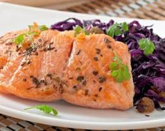 Saumon sauvage sur lit de chou rouge à l'irlandaise : http://www.fourchette-et-bikini.fr/recettes/recettes-minceur/saumon-sauvage-sur-lit-de-chou-rouge-lirlandaise.html