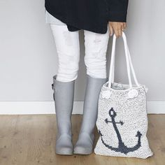 WEBSTA @ lakesideloops -  It's raining, it's pouring, this bag is great for storing! ..... Okay, not the best rhyme BUT this crocheted anchor bag really is holding my #wip while I run errands on this rainy day!  (pdf pattern for bag