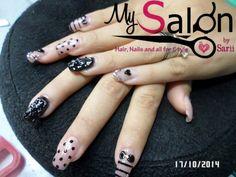 $190        Uñas acrílicas.  Punta cuadrada. Petal y negro. 3D. Delineado. Swarovsky. Organic Nails.