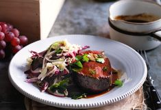 Rindsfilet mit Rotweinsauce und warmem Sellerie-Kraut-Salat
