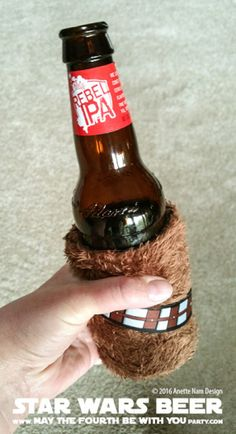 Star Wars Food: Rebel Beer /// Check out our blog for lots of Star Wars Party food recipes and downloadable labels! Great for a Birthday Party or a May the Fourth be with you Party. /// #starwars #starwarsparty #theforceawakens #rogueone #rebels #rebel #maythefourthbewithyou #starwarsbirthday #starwarsfood #beer #rebelIPA #spacerock #notyourfathersrootbeer #samueladams #chewbacca #wookiee #chewie #millenniumfalcon // maythefourthbewithyoupartyblog.com Star Wars Themed Food, Star Wars Party Food, Star Wars Food, Not Your Fathers Rootbeer, More Beer, Star Wars Birthday, Nerd Love, Food Themes, Chewbacca