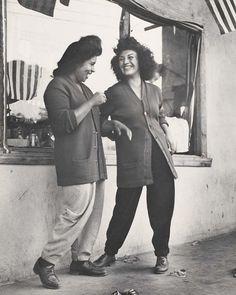 Pachucas: subcultura mexicana USA WWII. Llevaban tupés de medio palmo, trajes de hombre y minifaldas 20 años antes de que Mary Quant nos diese permiso para enseñar las piernas. Se reunían en las esquinas de las calles y en los bailes. Bebían, fumaban y se metían en líos. Hablaban en un mix entre inglés, español e idiomas indígenas y retaban constantemente al concepto prefabricado de feminidad.  Las pachucas eran el equivalente femenino de los pachucos, o zuit suiters, una subcultura nacida…